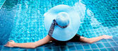 Mujer en la piscina — Foto de Stock