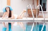 Vrouw bij het zwembad — Stockfoto