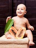 Bebé con papaya — Foto de Stock