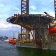 Transporting Oil Rig in port — 图库照片