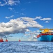 Tugboats and container ship — Stock Photo #42964701