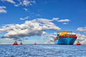 Tugboats and container ship — Stock Photo