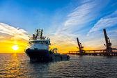 Schiff im hafen — Stockfoto