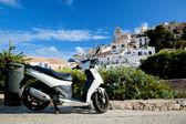 Scooter und Panorama von Ibiza, Spanien — Stockfoto