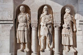 Statues in the wall of Fisherman's Bastion. Budapest, Hungary — Stock Photo