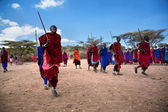 Maasai men in their ritual dance in their village in Tanzania, Africa — Stockfoto