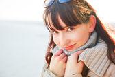 Un portrait d'une belle jeune femme sur une journée ensoleillée. — Photo