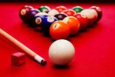 Jogo de sinuca bilhar. bola de bilhar, bolas de cor branca no triângulo, giz — Foto Stock