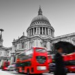 St Paul's Cathedral in London, the UK. Red buses in motion — Stock Photo #26992259