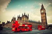 London, storbritannien. röd buss i rörelse och big ben — Stockfoto