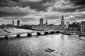 London, the UK. Big Ben, the Palace of Westminster in black and white — Stock Photo