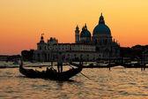 Venetië, Italië. gondel op canal Grande bij zonsondergang — Stockfoto