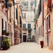 A narrow, old street in Venice, Italy — Stock fotografie