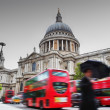 St Paul's Cathedral in London, the UK. Red buses in motion — Stock Photo