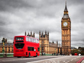 London, the UK. Red bus in motion and Big Ben — Foto de Stock