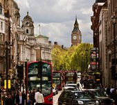 Busy street of London, England, the UK. Red buses, Big Ben — Zdjęcie stockowe