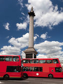Trafalgar Square in London, the UK. Red bus — Stock Photo