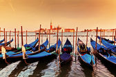 Venecia, italia. góndolas en gran canal al atardecer — Foto de Stock