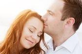 молодая пара счастлива в любви. романтический момент на пляже в лучах солнца — Стоковое фото