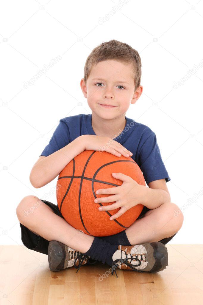 打篮球的男孩
