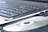 Ordinateur portable avec lecteur de cd ouvert — Photo