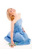 青いドレスを着て座っている少女 — ストック写真