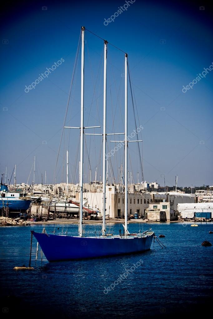 小型的蓝色礁湖帆船– 图库图片