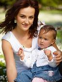 Jeune mère attrayante avec son bébé — Photo