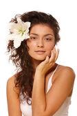Mujer con flor en el pelo — Foto de Stock