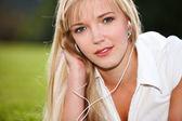 音楽を聴く女性 — ストック写真