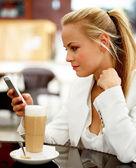 Ung kvinna i samtalet — Stockfoto