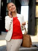 携帯電話を持つ女性 — ストック写真
