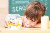 Colegiala en el clasroom - regreso a la escuela — Foto de Stock