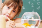 Studentessa in clasroom - torna a scuola — Foto Stock