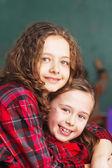 Porträt von zwei glücklichen schülerinnen — Stockfoto