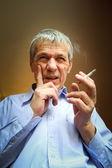 Old man smoking — Stock Photo