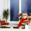 Businesswoman sitting at a desk with a laptop — Foto Stock