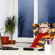 Businesswoman sitting at a desk with a laptop — Stockfoto