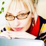 podnikatelka sedí u stolu s notebookem — Stock fotografie