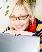 Businesswoman sitting at a desk with a laptop — Stock Photo