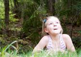 Bambina stabilisce nella foresta — Foto Stock