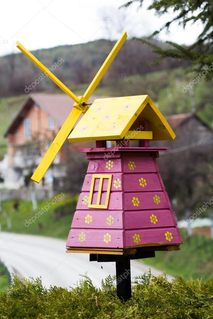 Ветряная мельница в саду