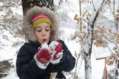 Little girl with snow in hands — Stockfoto