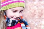 フォレスト内の時間を費やして帽子の少女 — ストック写真