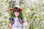Küçük kız bahçede çalışan — Stok fotoğraf