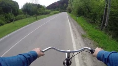 Rides a bicycle on a country road — Vídeo de stock