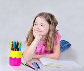 Dziewczynka ma zamiar narysować — Zdjęcie stockowe