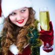 belle jeune fille au chapeau de père Noël avec verre de champagne — Photo