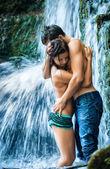 Couple caresses et baisers sous cascade — Photo