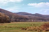 Krajina v horách a modrou oblohu s mraky — Stock fotografie